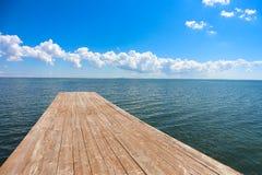 Hölzerner Pier, der in das Meer ausdehnt Lizenzfreie Stockfotos