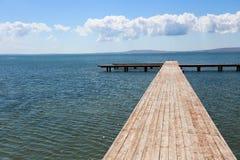 Hölzerner Pier, der in das Meer ausdehnt Lizenzfreies Stockbild