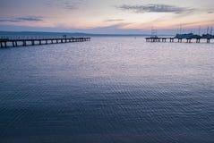 Hölzerner Pier, der am Meer teilnimmt stockfoto