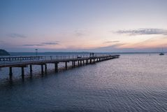 Hölzerner Pier, der am Meer teilnimmt lizenzfreies stockfoto