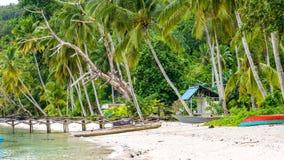 Hölzerner Pier eines lokalen Dorfs auf Gam Island, Westpapuan, Raja Ampat, Indonesien Lizenzfreie Stockfotografie