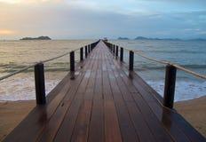 Hölzerner Pier im Meer stockfotos