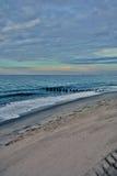 Hölzerner Pier im Ozean bei Sonnenaufgang Lizenzfreie Stockfotografie