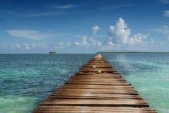 Hölzerner Pier im tropischen Meer Stockfoto