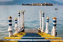Hölzerner Pier mit Inselansicht Lizenzfreie Stockfotos