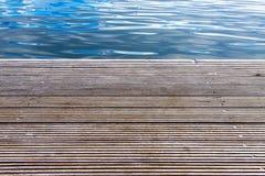 Hölzerner Pier mit Meer im Hintergrund stockfotos