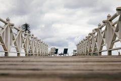 Hölzerner Pier mit zwei Stühlen lizenzfreies stockfoto