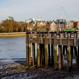 Hölzerner Pier Overlooking die Stadt von London stockbilder