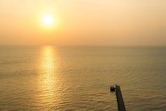 Hölzerner Pier in Samui-Inselmeer auf Sonnenuntergangzeit stockfoto