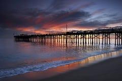 Hölzerner Pier am Sonnenuntergang Stockbild