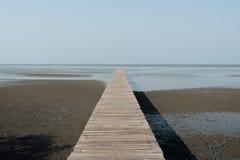 Hölzerner Pier in Sumpfgebieten in Samutsakorn, Thailand Stockfotografie