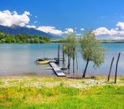 Hölzerner Pier und Boote am Liptovska Mara See stockfoto
