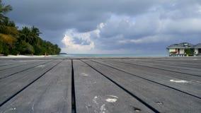 Hölzerner Pier und exotischer Bungalow Sandy-Strand mit Palmen stock video footage