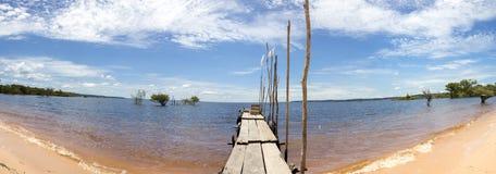 Hölzerner Pier und Sand setzen auf dem Amazonas in Manaus, Brasilien auf den Strand Lizenzfreies Stockbild