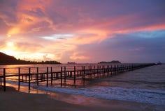 Hölzerner Pier und schöner Himmel bei dem Sonnenaufgang stockbilder