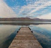 Hölzerner Pier und Towada See in der Herbstsaison Stockfoto