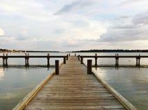 Hölzerner Pier, weißer Rock See, Dallas Texas lizenzfreie stockfotografie