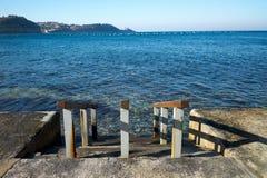 Hölzerner Pier zu einem Meer Lizenzfreie Stockfotos