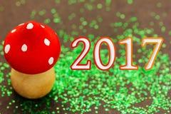 Hölzerner Pilz für das neue Jahr 2017 Stockfotografie