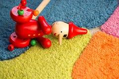 Hölzerner Pinocchio-Spielzeugabschluß oben lizenzfreie stockfotografie