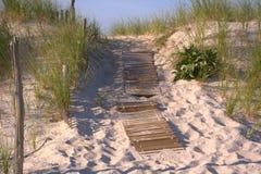 Hölzerner Planken-Gehweg zum auf den Strand zu setzen Lizenzfreies Stockfoto