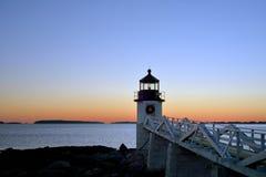 Hölzerner Plankengehweg, der heraus den Marshall Point Lighthouse a führt Stockbild