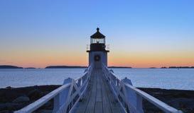 Hölzerner Plankengehweg, der heraus den Marshall Point Lighthouse a führt Stockfotografie