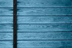 Hölzerner Plankenhintergrund mit schwarzer Metallstange Lizenzfreie Stockfotografie
