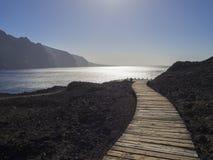 Hölzerner Plankenweg, der zu das Seeufer mit Ansicht über Höhe L führt lizenzfreie stockfotos