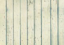 Hölzerner Plankenzaun mit einem weißen Abschluss der alten Farbe Farboben stockfotos