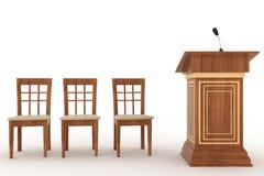 Hölzerner Podiums-Stand mit Mikrofon und drei Stühlen Stockfotografie