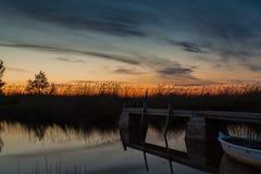 Hölzerner Ponton bei Sonnenuntergang Stockfotos