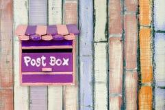 Hölzerner Postbox Stockfoto