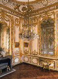 Hölzerner Raum, große Spiegel und Leuchter an Versailles-Palast stockfoto