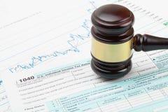 Hölzerner Richter ` s Hammer über 1040 USA-Steuerformular - nahe hohe Atelieraufnahme Stockfotografie