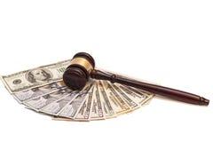 Hölzerner Richterhammer auf amerikanischem Geld Lizenzfreies Stockfoto