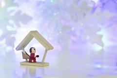 Hölzerner roter Engel auf Schneeflockenhintergrund Lizenzfreies Stockbild