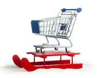 Hölzerner roter Schlitten mit Warenkorb Stockfotos