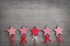 Hölzerner schäbiger Weihnachtshintergrund mit rotem und weißem kariertem Lizenzfreies Stockbild