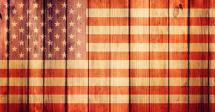 Hölzerner Schmutzhintergrund und USA-Flagge Lizenzfreies Stockbild