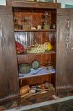 Hölzerner Schrank, der alte Gegenstände enthält Lizenzfreie Stockfotos