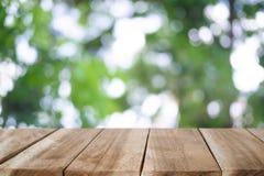 Hölzerner Schreibtisch auf Naturgrün bokeh Stockfoto