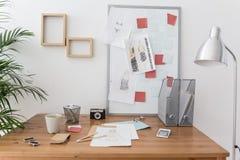 Hölzerner Schreibtisch im Designerbüro Stockfoto
