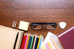 Hölzerner Schreibtisch mit Briefpapier Lizenzfreies Stockfoto
