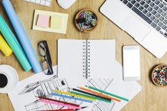 Hölzerner Schreibtisch mit Gerät und Versorgungen Lizenzfreie Stockbilder