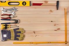 Hölzerner Schreibtisch mit Hilfsmitteln Stockbilder