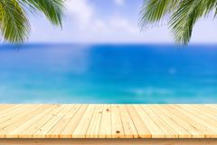 Hölzerner Schreibtisch oder Planke auf Sandstrand im Sommer Hintergrund lizenzfreies stockbild