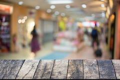 Hölzerner Schreibtisch und Einkaufszentrum Lizenzfreies Stockfoto