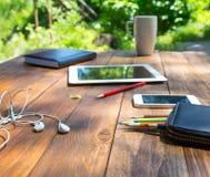 Hölzerner Schreibtisch und elektronische Geräte Lizenzfreies Stockbild