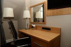 Hölzerner Schreibtisch und Stuhl im Haus Stockfotografie